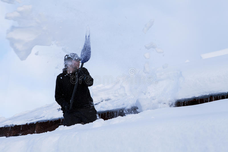 Να φτυαρίσει το χιόνι στοκ εικόνα