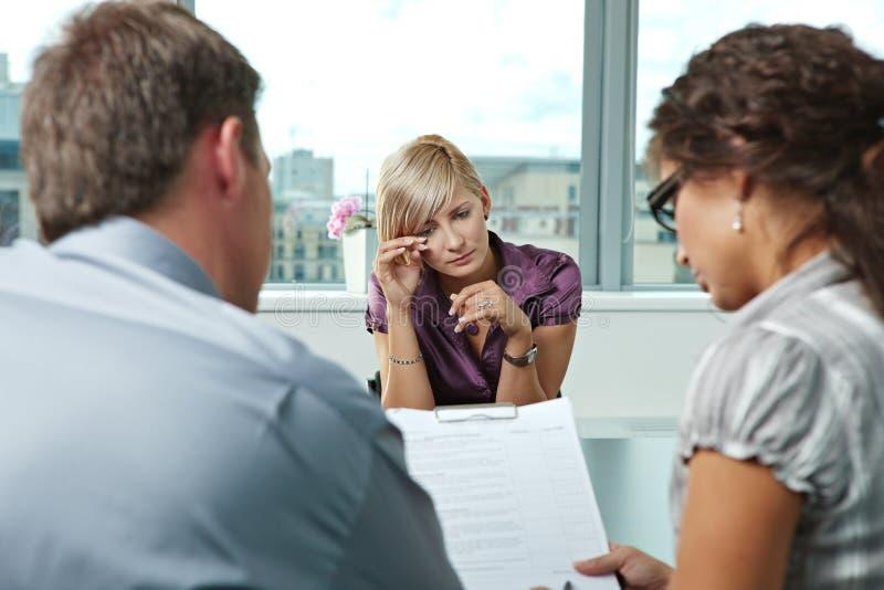 Να φωνάξει κατά τη διάρκεια της συνέντευξης εργασίας στοκ φωτογραφία με δικαίωμα ελεύθερης χρήσης