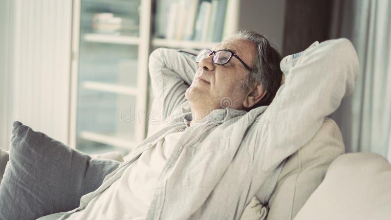 Να χαλαρώσει σε έναν καναπέ στο σπίτι στοκ εικόνες