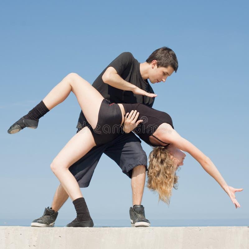 να χορεψει αργά υπαίθρια έφηβοι στοκ φωτογραφίες με δικαίωμα ελεύθερης χρήσης