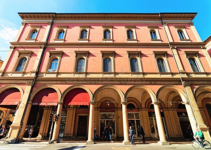 Να χτίσει με τα arcades επάνω μέσω της κοιλάδας Indipendenza στη Μπολόνια στοκ εικόνες με δικαίωμα ελεύθερης χρήσης