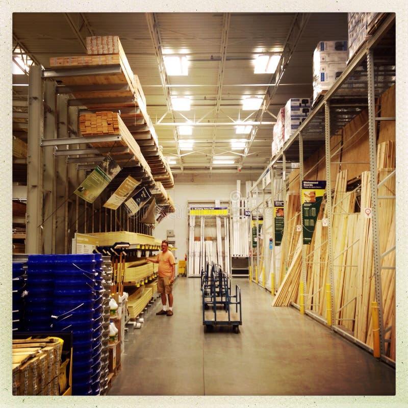 Να ψωνίσει για το ξύλινο στο σπίτι κατάστημα βελτίωσης στοκ φωτογραφία με δικαίωμα ελεύθερης χρήσης