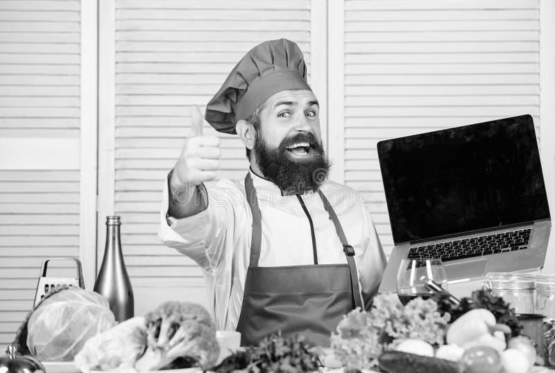 Να ψωνίσει on-line Αρχιμάγειρας ατόμων που ψάχνει τα σε απευθείας σύνδεση συστατικά που μαγειρεύουν τα τρόφιμα Κατάστημα παντοπωλ στοκ φωτογραφία με δικαίωμα ελεύθερης χρήσης