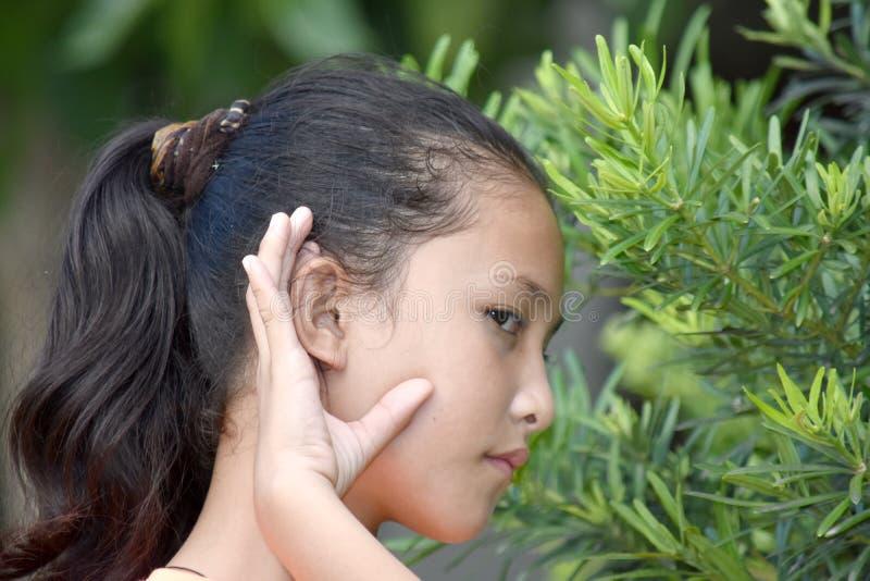 Νεανική ασιατική ακρόαση κοριτσιών στοκ εικόνες