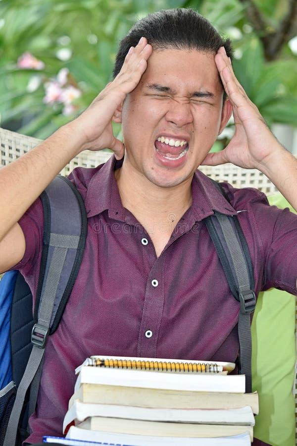 Νεανικός άνδρας σπουδαστής κάτω από την πίεση με τα βιβλία στοκ φωτογραφίες