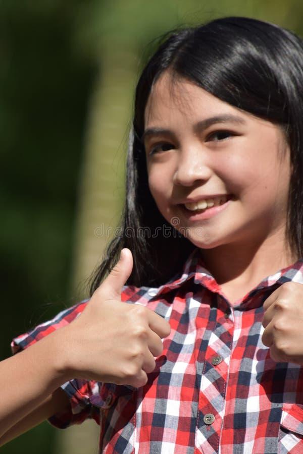 Νεανικός έφηβος Filipina με τους αντίχειρες επάνω στοκ φωτογραφίες