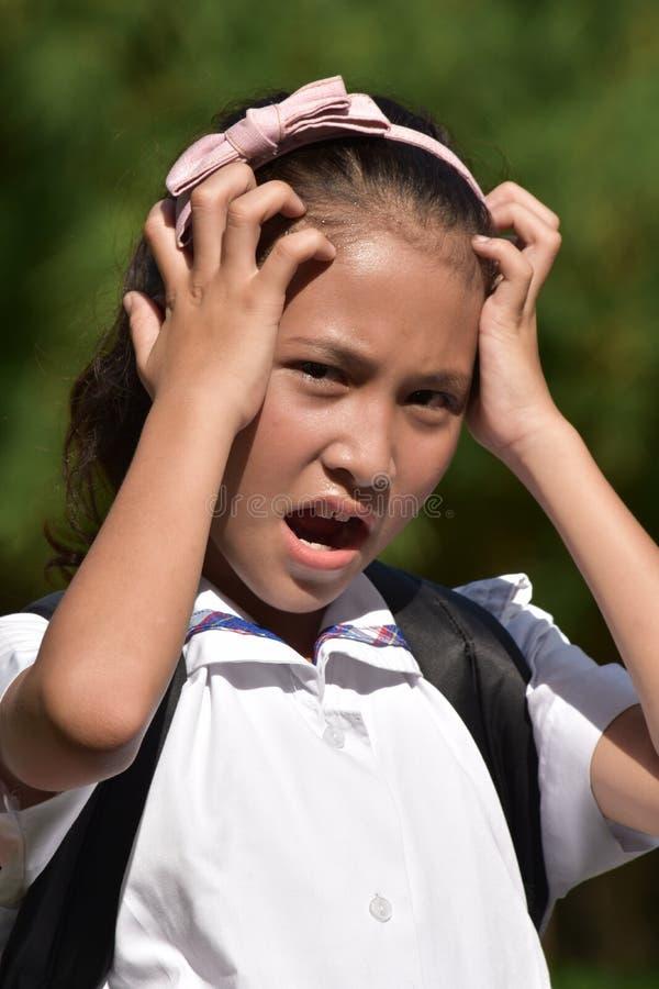 Νεανικός ασιατικός σπουδαστής κοριτσιών κάτω από την πίεση στοκ φωτογραφίες