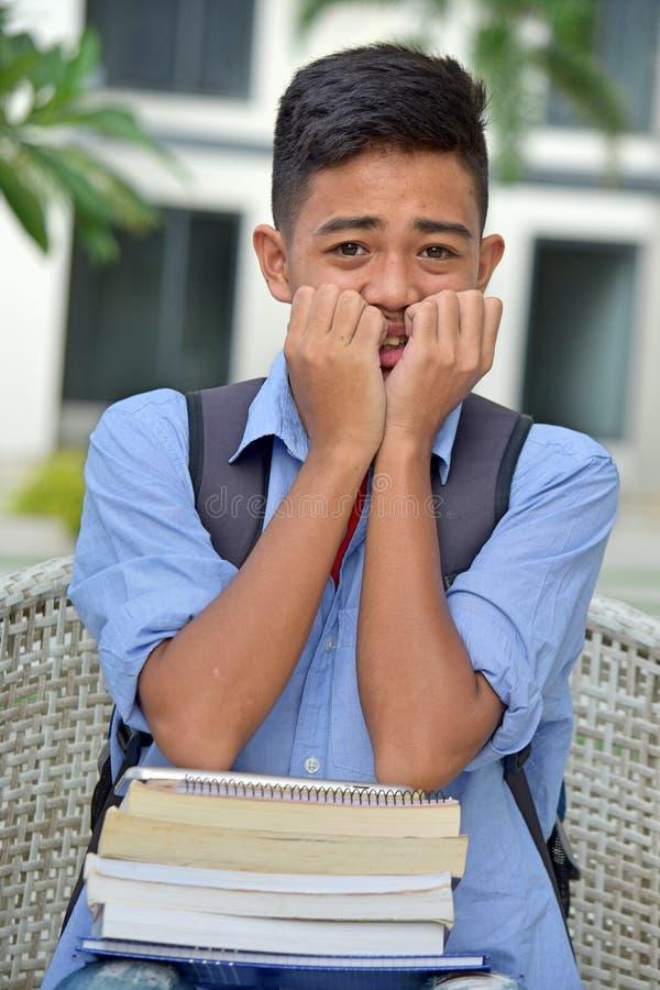 Νεανικός διαφορετικός άνδρας σπουδαστής και φόβος στοκ εικόνες