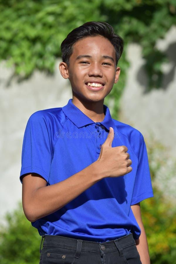 Νεανικός νεαρός με τους αντίχειρες επάνω στοκ εικόνες με δικαίωμα ελεύθερης χρήσης