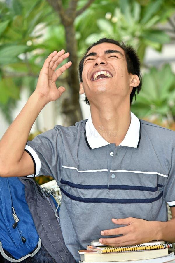 Νεανικός των Φηληππίνων σπουδαστής και γέλιο αγοριών με τα βιβλία στοκ εικόνες