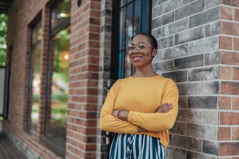 Νεαρή αφρο-αμερικανίδα που στέκεται στο δρόμο στην πόλη στοκ εικόνες με δικαίωμα ελεύθερης χρήσης