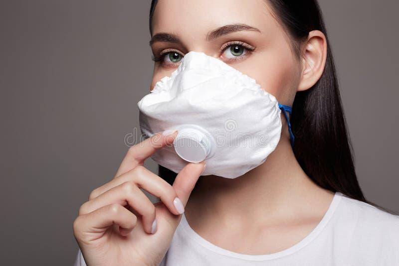 Νεαρή γυναίκα με μάσκα Έννοια της επιδημίας Covid-19 στοκ εικόνες με δικαίωμα ελεύθερης χρήσης