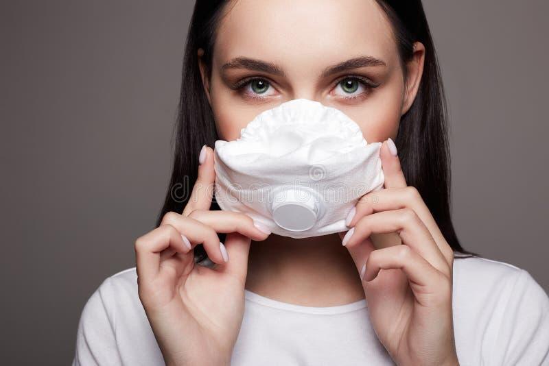 Νεαρή γυναίκα με μάσκα ιατρικό μασκοφόρο όμορφο κορίτσι στοκ φωτογραφίες με δικαίωμα ελεύθερης χρήσης