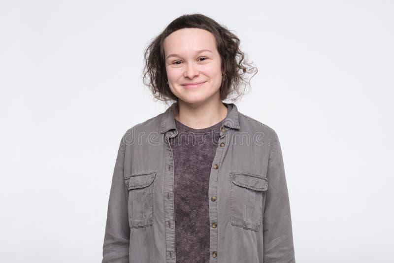 Νεαρή γυναίκα με περιστασιακά ρούχα με χαμόγελο να ποζάρει στο στούντιο πάνω από λευκό φόντο στοκ φωτογραφία με δικαίωμα ελεύθερης χρήσης