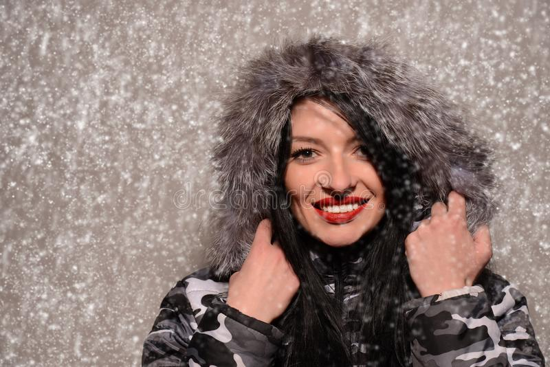 Νεαρή γυναίκα με χιονισμένο κάλυμμα στοκ φωτογραφίες με δικαίωμα ελεύθερης χρήσης
