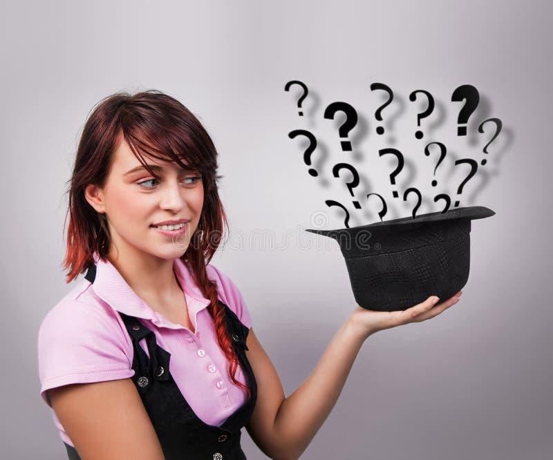 Νεαρή γυναίκα που αναζητά ιδέες και λύσεις στοκ φωτογραφία με δικαίωμα ελεύθερης χρήσης