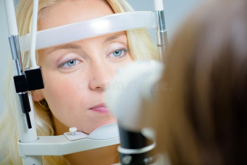 Νεαρή γυναίκα που κάνει οφθαλμική εξέταση στοκ φωτογραφίες με δικαίωμα ελεύθερης χρήσης