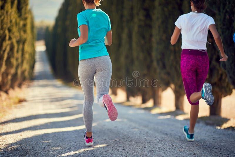 Νεαρή γυναίκα που τρέχει μαζί σε εξωτερικό χώρο και ζει με ενεργό υγιεινό τρόπο ζωής στοκ εικόνες