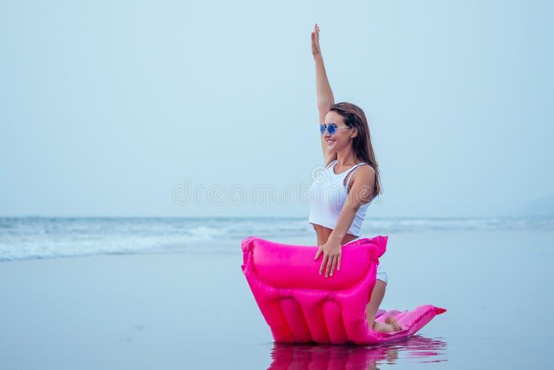 Νεαρή όμορφη γυναίκα που ποζάρει το καλοκαίρι με στρώμα με μαύρο μπικίνι και διασκεδάζει στοκ φωτογραφία με δικαίωμα ελεύθερης χρήσης