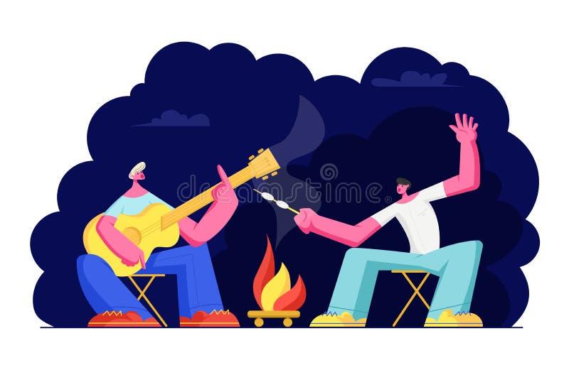 Νεαροί άνδρες που κάθονται στην πυρά προσκόπων στη νύχτα στο δάσος, τα τραγούδια τραγουδιού, την κιθάρα παιχνιδιού και τηγανίζοντ απεικόνιση αποθεμάτων