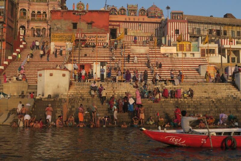 Νεαροί άνδρες που κολυμπούν στον ποταμό του Γάγκη ως θρησκευτική παράδοση στοκ φωτογραφία