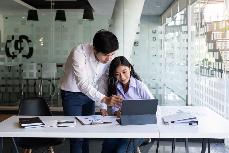 Νεαροί σύγχρονοι επιχειρηματίες και γυναίκες που συνεργάζονται σε σύγχρονους χώρους συνεργασίας στοκ φωτογραφία με δικαίωμα ελεύθερης χρήσης