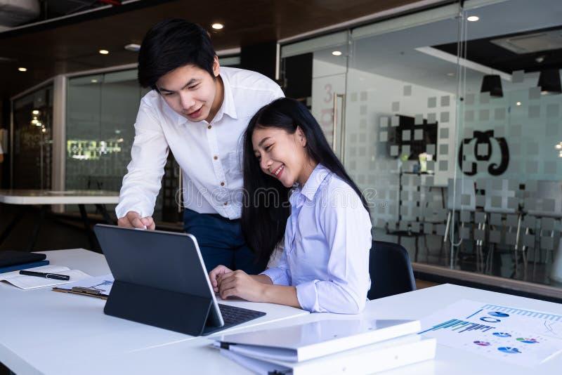 Νεαροί σύγχρονοι επιχειρηματίες και γυναίκες που συνεργάζονται σε σύγχρονους χώρους συνεργασίας Δημιουργική έννοια στοκ φωτογραφία