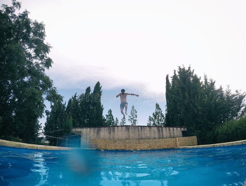 Νεαρός άνδρας κάτω από το νερό μιας πισίνας στοκ εικόνα με δικαίωμα ελεύθερης χρήσης