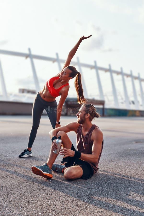 Νεαρός άνδρας και γυναίκα στην αθλητική ενδυμασία στοκ εικόνα