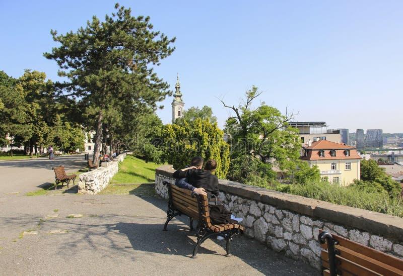 Νεαρός άνδρας και κορίτσι που απολαμβάνουν το χρόνο τους μαζί στην ηλιόλουστη ημέρα στο φρούριο Kalemegdan, Βελιγράδι, Σερβία στοκ φωτογραφία