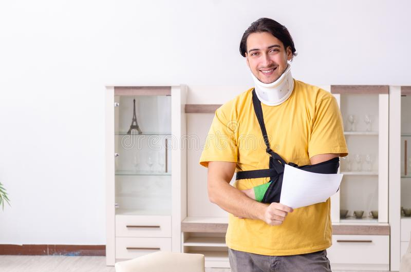 Νεαρός άνδρας μετά από το τροχαίο που υποφέρει στο σπίτι στοκ εικόνες με δικαίωμα ελεύθερης χρήσης