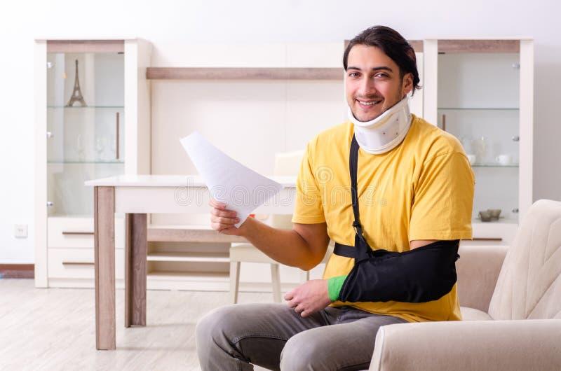 Νεαρός άνδρας μετά από το τροχαίο που υποφέρει στο σπίτι στοκ εικόνα με δικαίωμα ελεύθερης χρήσης