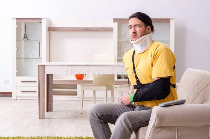 Νεαρός άνδρας μετά από το τροχαίο που υποφέρει στο σπίτι στοκ εικόνες