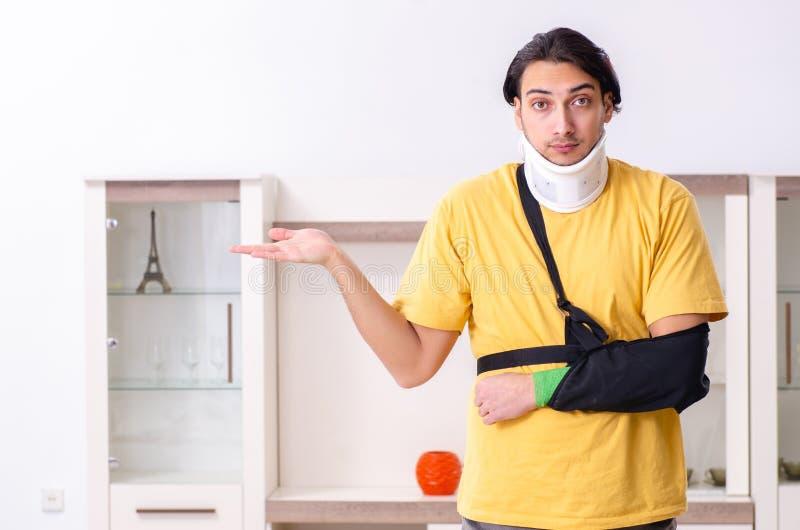 Νεαρός άνδρας μετά από το τροχαίο που υποφέρει στο σπίτι στοκ φωτογραφίες