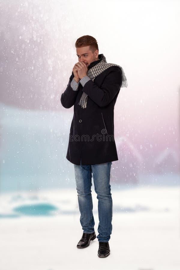 Νεαρός άνδρας με τα κρύα χέρια στοκ φωτογραφίες με δικαίωμα ελεύθερης χρήσης