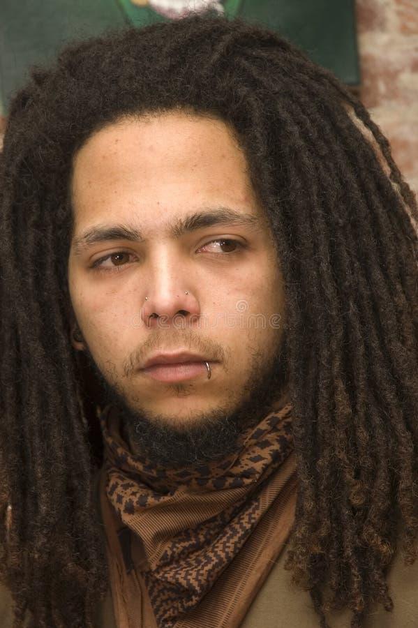 Νεαρός άνδρας με τα dreadlocks στοκ εικόνες με δικαίωμα ελεύθερης χρήσης