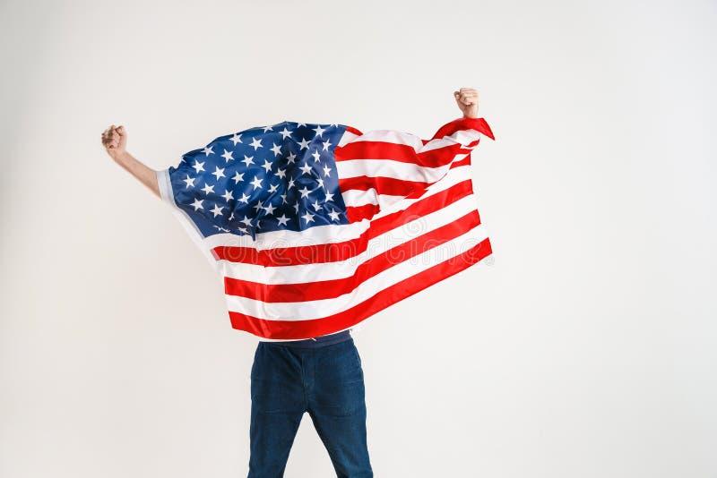 Νεαρός άνδρας με τη σημαία των Ηνωμένων Πολιτειών της Αμερικής στοκ φωτογραφία