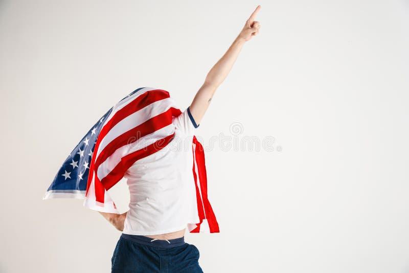 Νεαρός άνδρας με τη σημαία των Ηνωμένων Πολιτειών της Αμερικής στοκ φωτογραφία με δικαίωμα ελεύθερης χρήσης