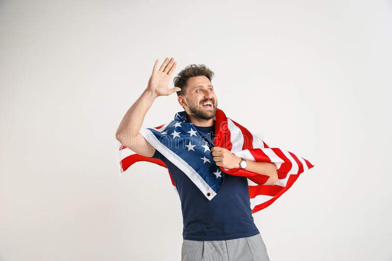 Νεαρός άνδρας με τη σημαία των Ηνωμένων Πολιτειών της Αμερικής στοκ εικόνα