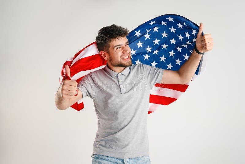Νεαρός άνδρας με τη σημαία των Ηνωμένων Πολιτειών της Αμερικής στοκ εικόνα με δικαίωμα ελεύθερης χρήσης