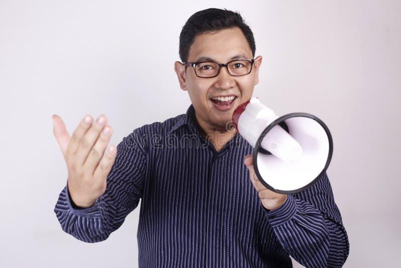 Νεαρός άνδρας με Megaphone την έννοια διαφημίσεων, έκφραση χαμόγελου στοκ φωτογραφία με δικαίωμα ελεύθερης χρήσης
