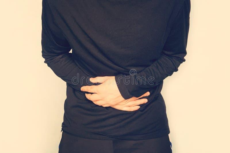 νεαρός άνδρας που έχει έναν στομαχόπονο, κοιλιακός πόνος Ένα άτομο κρατά μια μεγάλη κοιλιά Ζύμωση στο έντερο Αέριο στομαχιών, fla στοκ εικόνα