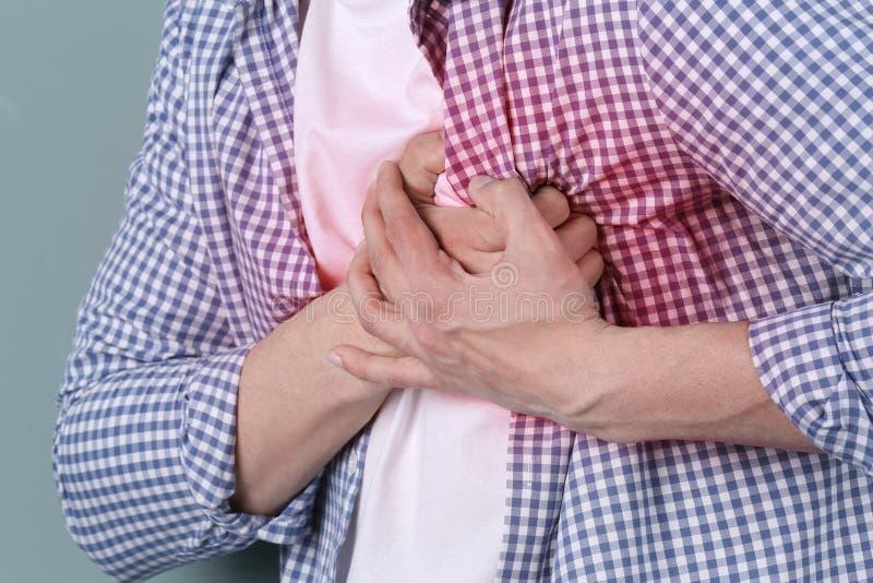 Νεαρός άνδρας που έχει την επίθεση καρδιών στοκ εικόνες