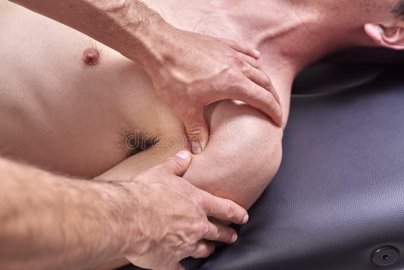 Νεαρός άνδρας που έχει chiropractic τη ρύθμιση ώμων Φυσιοθεραπεία, αποκατάσταση αθλητικών τραυματισμών Οστεοπάθεια, εναλλακτική ι στοκ εικόνες