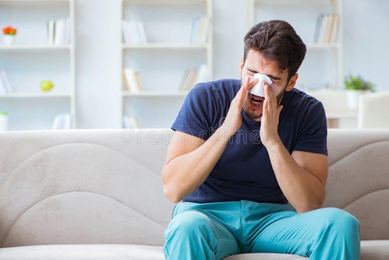 Νεαρός άνδρας που ανακτεί να θεραπεύσει στο σπίτι μετά από τη μύτη πλαστικής χειρουργικής στοκ φωτογραφία με δικαίωμα ελεύθερης χρήσης