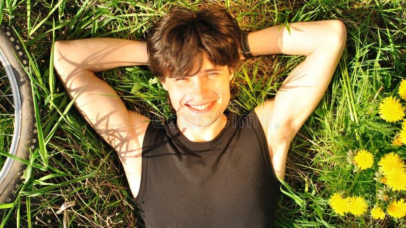 Νεαρός άνδρας που απολαμβάνει τη ζωή στοκ εικόνα