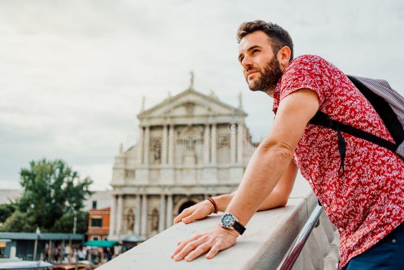 Νεαρός άνδρας που απολαμβάνει τη θέα από τη γέφυρα στη Βενετία, Ιταλία στοκ φωτογραφίες με δικαίωμα ελεύθερης χρήσης