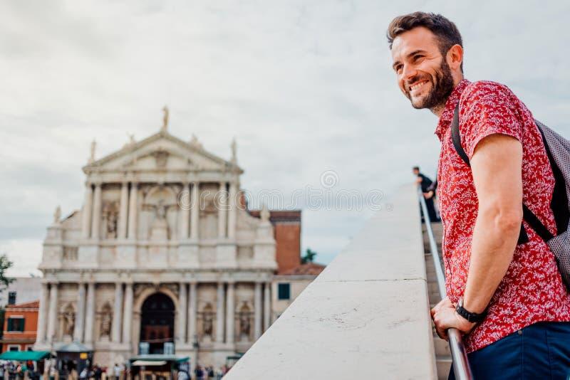 Νεαρός άνδρας που απολαμβάνει τη θέα από τη γέφυρα στη Βενετία, Ιταλία στοκ φωτογραφία με δικαίωμα ελεύθερης χρήσης