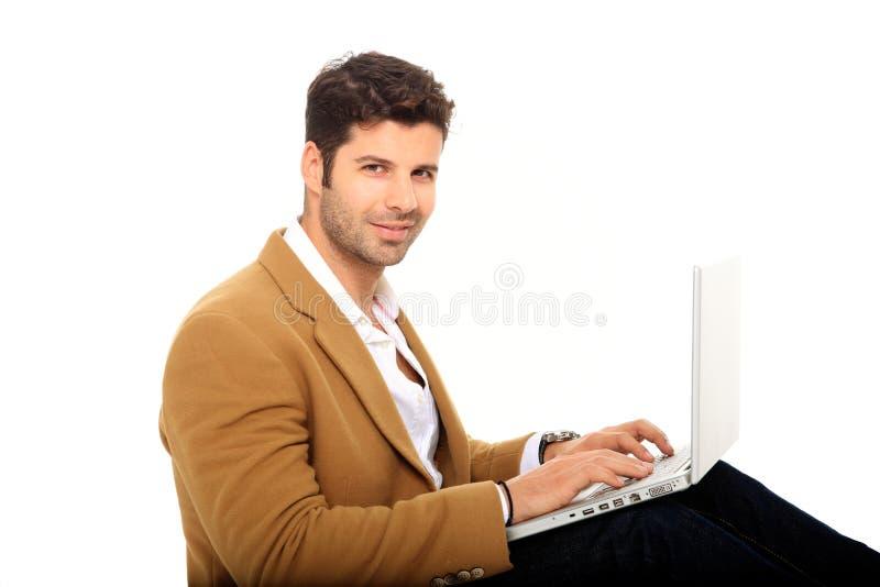 Νεαρός άνδρας που κρατά ένα lap-top στοκ εικόνα με δικαίωμα ελεύθερης χρήσης