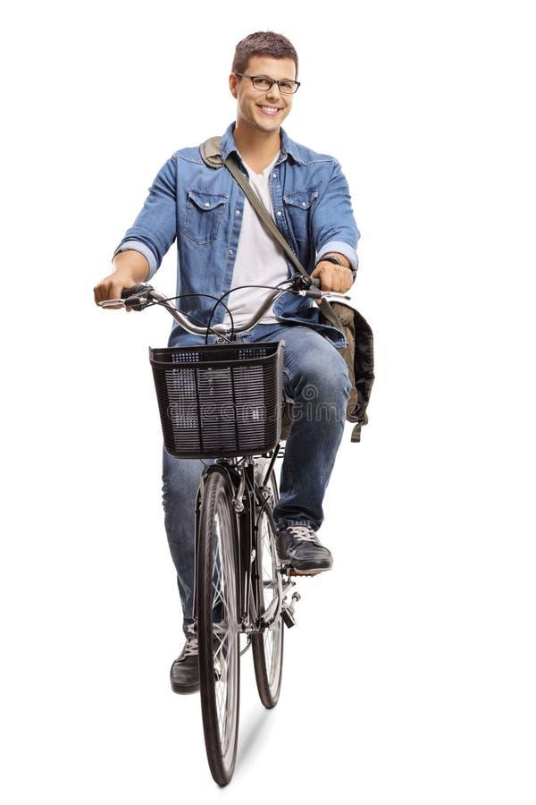 Νεαρός άνδρας που οδηγά ένα ποδήλατο στοκ εικόνες